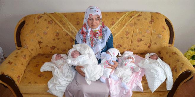 Anneler Günü'nü beşizleriyle kutladı