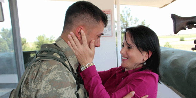 Sınırda nöbet tutan askere anne sürprizi