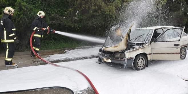 Bursa'da seyir halindeki araç alev aldı