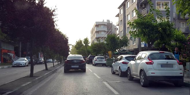 Kükürtlü Caddesi'nde park halindeki araçlar sürücüleri çileden çıkarıyor!