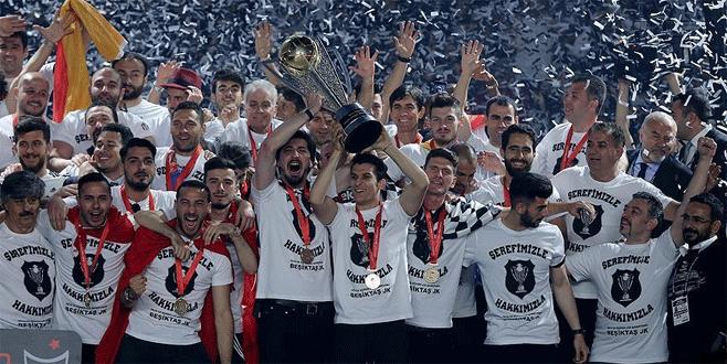 Beşiktaş kupasını TFF Başkanı Demirören'in elinden aldı