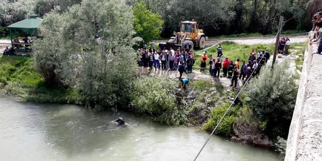 Otomobil nehre uçtu: 3 ölü