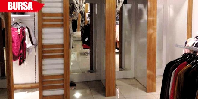 Mağazadaki kıyafetlerin alarmlarını sökerken yakalandı