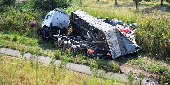 Kontrolü kaybeden kamyon otoyoldan uçtu