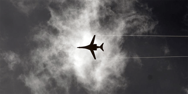 İki savaş uçağı havada çarpıştı