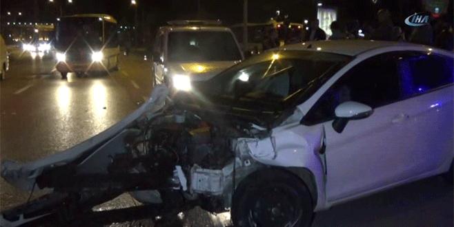 Bursa'da elektrik direğine çarpan otomobil hurdaya döndü