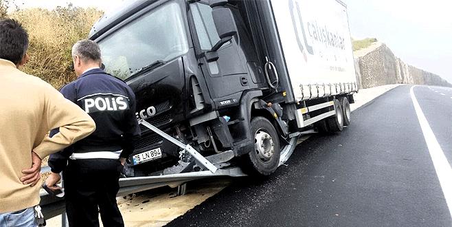 Bursa'da direksiyon başında uyuyan kamyon şoförü kaza yaptı