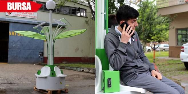 Telefonlarını 'palmiye görünümlü istasyon'dan şarj ediyorlar