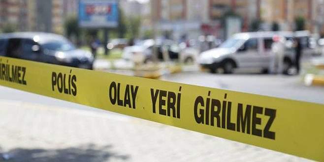 Bursa'da elektrik direği otomobilin üzerine devrildi