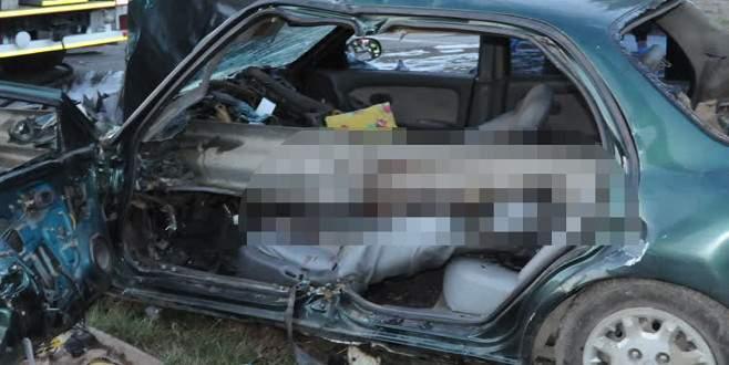 Bariyerlere giren araç sürücüsü feci şekilde can verdi