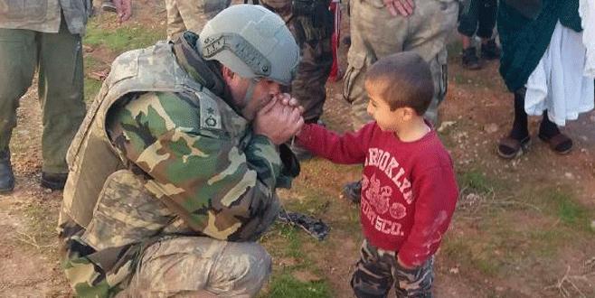 Küçük çocuğun elini nefesiyle ısıtan binbaşıdan kötü haber