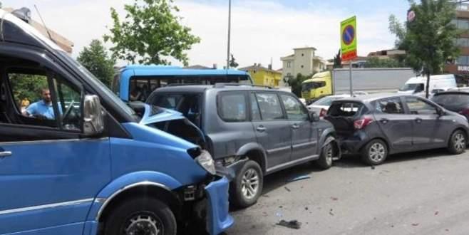 Yolcu minibüsü 5 araca çarptı; 4 yolcu yaralı