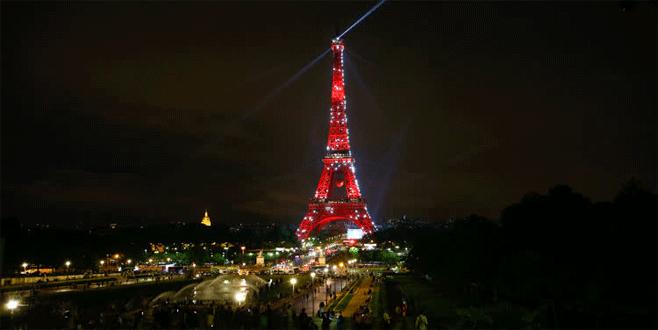 Eyfel Kulesi kırmızı-beyaz!