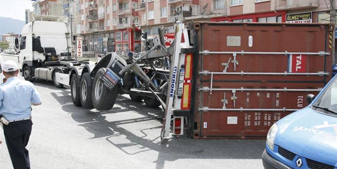 İstanbul-Bursa karayolunda TIR dorsesi devrildi