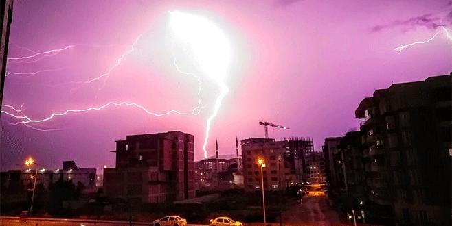 Bursa'da geceyi şimşekler aydınlattı!