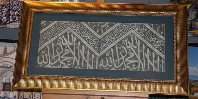 Bursa'da 100 yıl önce dokunan Kabe örtüsü müzede sergileniyor