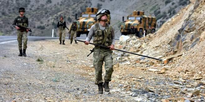 Mehmetçik yollarda didik didik patlayıcı arıyor