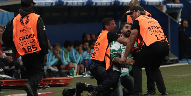 Terim ve futbolculara küfür etti! Yaka paça götürüldü!