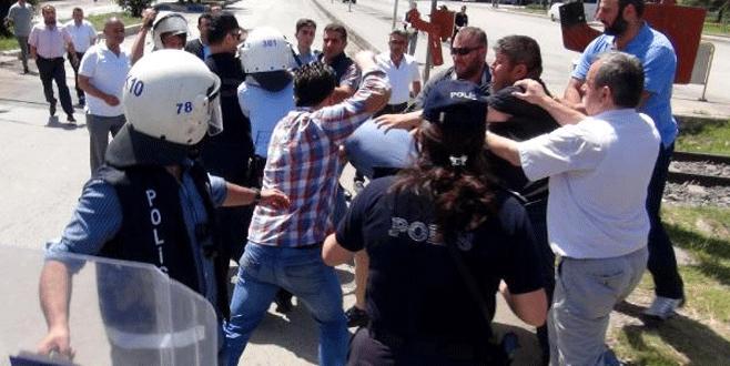 Çelenkli protestoda kavga