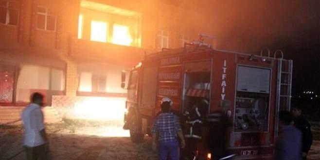 Söndürmesin diye itfaiyeye ateş açtılar!