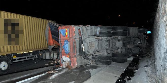 Bursa'da feci kaza: Kamyon ile TIR çarpıştı