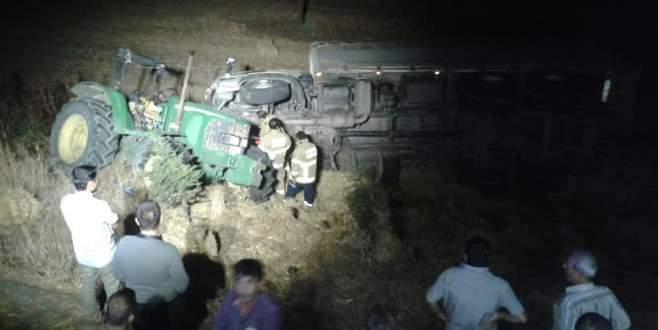 TIR, saman yüklü traktöre çarptı: 2 ölü