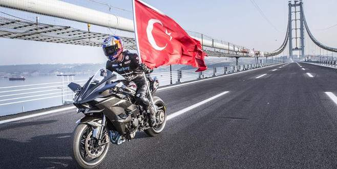 Kenan Sofuoğlu, Osmangazi Köprüsü'nden 'rüzgar' gibi geçti