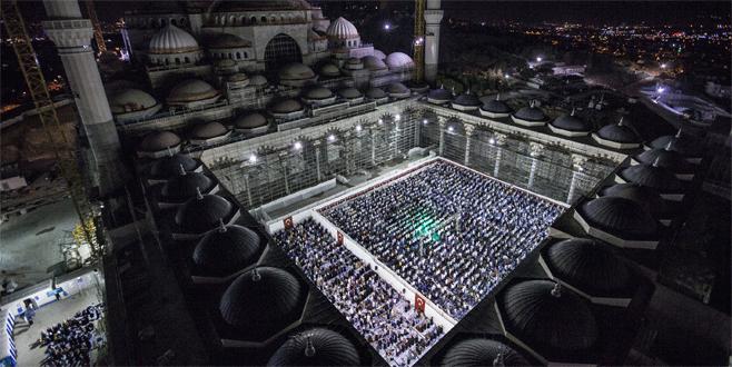 Cumhuriyet tarihinin en büyük camisinde ilk ibadet