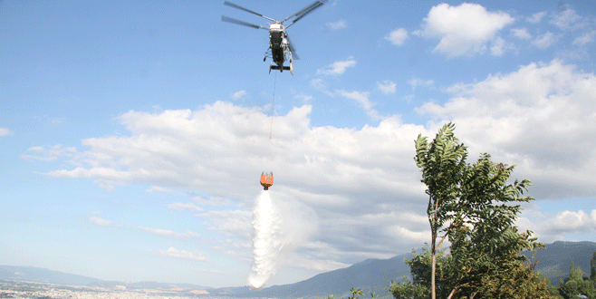 Yangın helikopteri hedefi şaşırdı, gazeteciler sırılsıklam oldu!