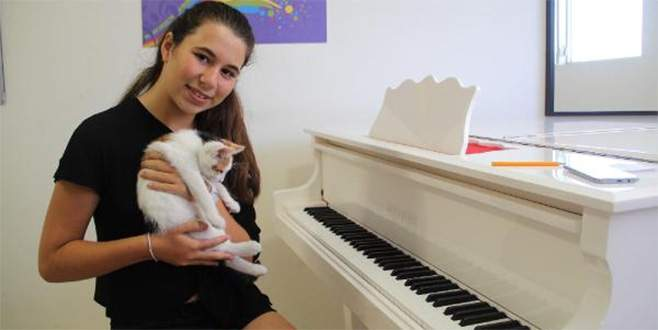 Bursalı Yeşim, Paris'teki müzik yarışmasında birinci oldu