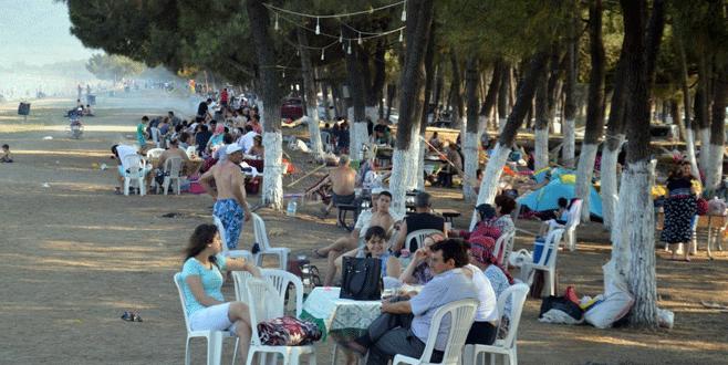 Bursalılar gece demokrasi nöbetinde, gündüz sahildeler