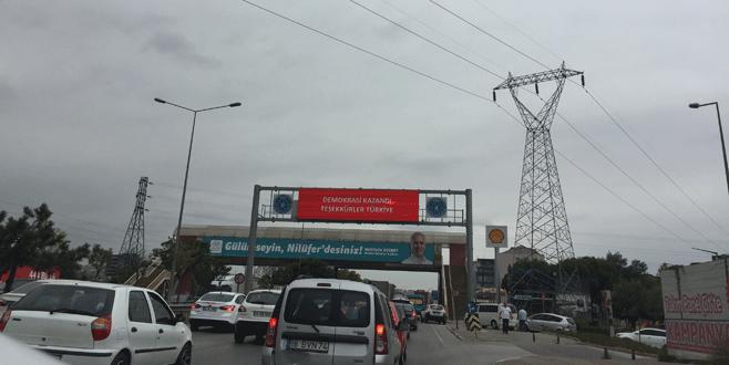 Bursa'da yollara 'Demokrasi kazandı' tabelaları asıldı