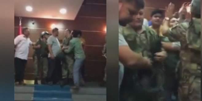 Valiliği basan askerleri vatandaş engelledi