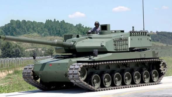 Tankların önüne arabasını çekti