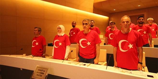 Meclise ay yıldızlı tişörtlerle katıldılar