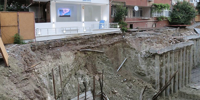 Toprak kayması nedeniyle 3 apartman boşaltıldı