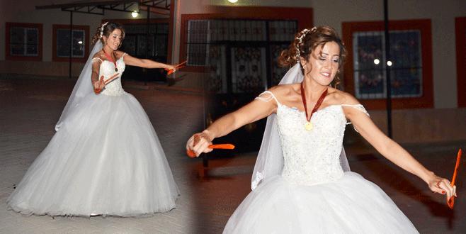 Darbe girişimi Bursa'daki düğünü etkiledi, gelin tek başına oynadı
