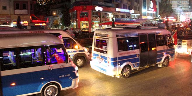 Yüzlerce minibüsçü Demokrasi Meydanı'na akın etti