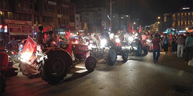 Demokrasi nöbetine traktörleriyle gelip, armut dağıttılar
