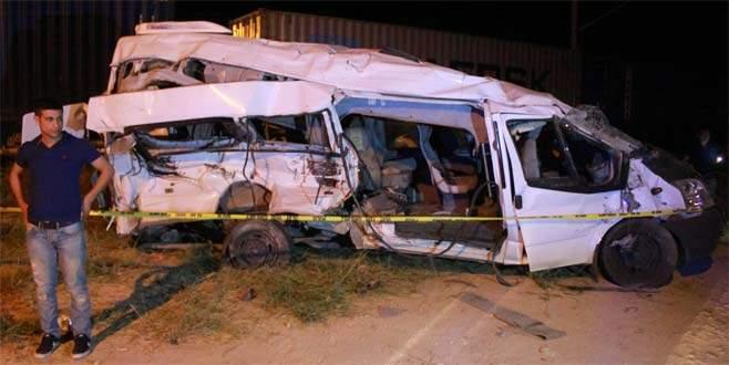 Tren işçi servisine çarptı: 5 ölü