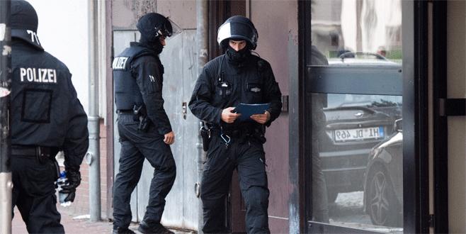 Camiye polis baskını