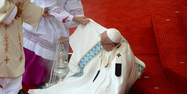 Papa ayin sırasında düştü