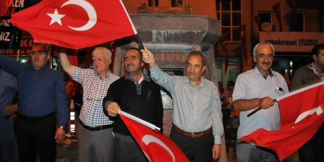 Şehit babası her akşam demokrasi nöbeti tutuyor