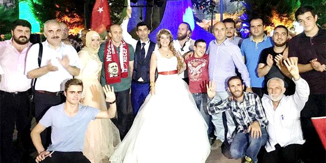 Düğünden çıkıp demokrasi nöbetine katıldılar