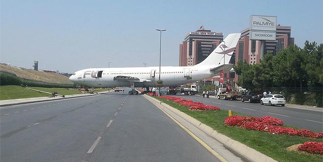 Yolda uçak gören vatandaşlar neye uğradığını şaşırdı