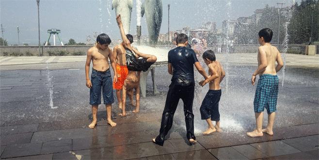 Bursa'da bunaltan sıcaklarda fıskiyeyle serinlediler