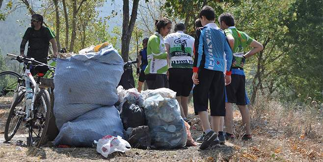 Bursalı bisikletçilerden çevre temizliği