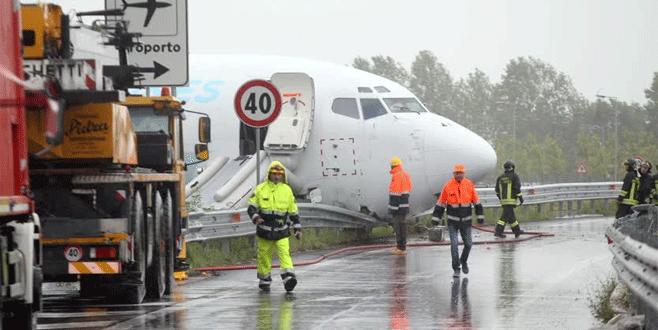 Pistten çıkan uçak çevre yoluna girdi