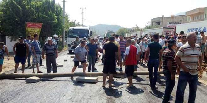 Yolu kapatıp sopalarla araçlara saldırdılar