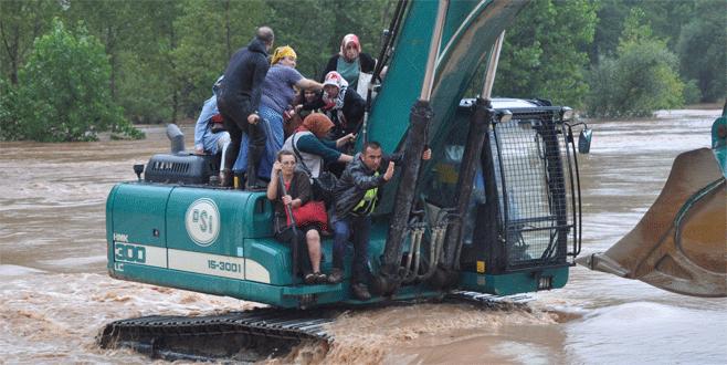 Sel sularında mahsur kalan yolcular kurtarıldı
